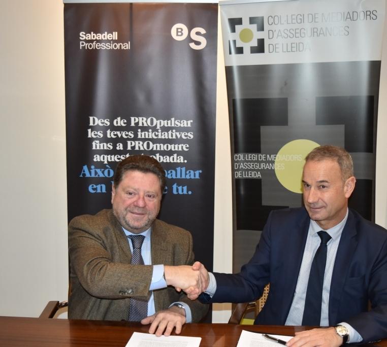 Javier Barberá (CMA) y Lluis Maria Garriga (Banco Sabadell SA), en el momento de la firma